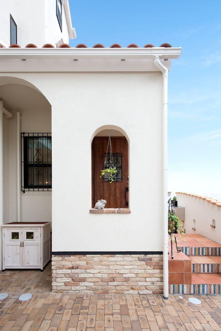 左側のインナー部分は自転車置場、右側は玄関ホール。多様なタイルを使用しているのでとても華やかです。アーチの開口はフックを取り付けているので、お花や植物を吊るせます。