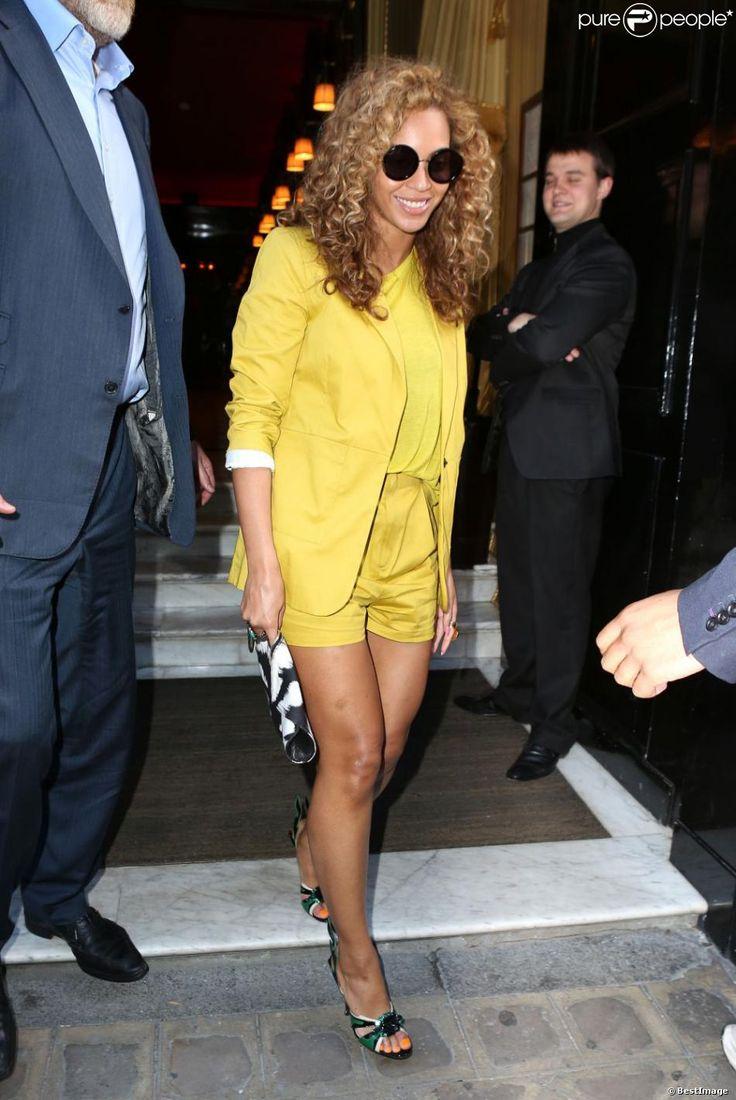 Beyoncé à la sortie de l'hôtel Costes, habillée d'un total look Surface To Air, accessoirisé de lunettes Linda Farrow X The Row, d'une pochette Alexander Mcqueen et de sandales Prada. Paris, le 7 juin 2012.