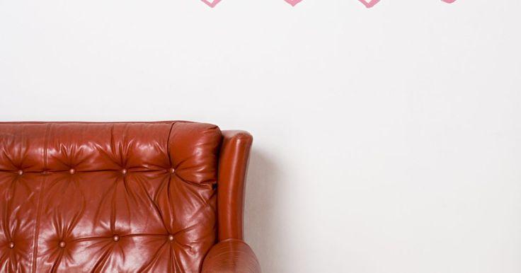 Cómo reparar el color de un sofá de cuero. El cuero de un sofá puede desgastarse con el tiempo debido a una variedad de circunstancias, incluyendo la edad y las inclemencias del tiempo, especialmente cuando los muebles se dejan en el exterior de la casa. Existen maneras fáciles de restaurar el color en un sofá de cuero y convertirlo nuevamente a su estado original. No cuesta mucho ...
