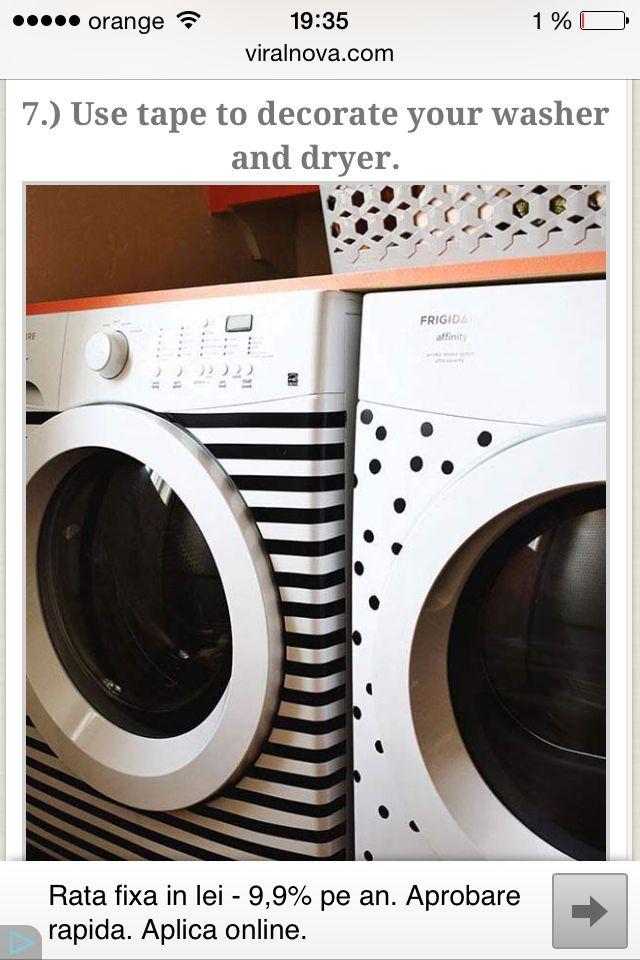 Decorează cu bandă adezivă mașina de spălat și uscătorul.