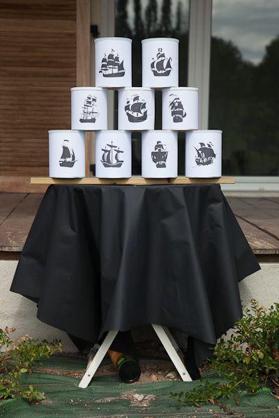 chamboule-tout fait avec des boîtes de lait décorées de bateaux pirates