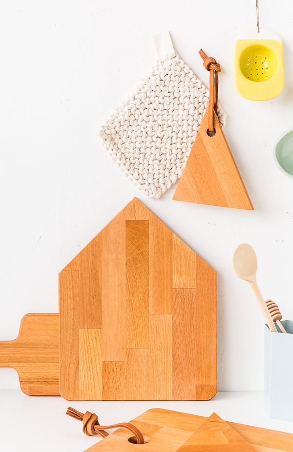 DIY Cutting Boards. Click through for the step by step instructions for this 10 minute DIY idea.