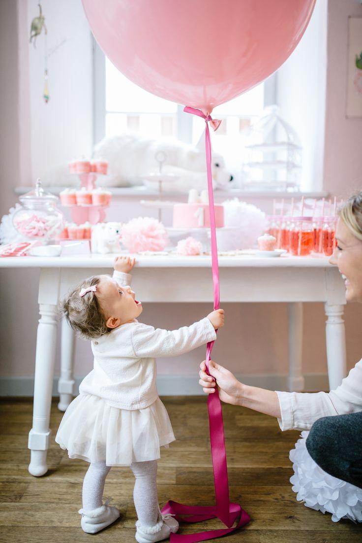 icebear birthday: Geburtstagskind mit riesen Luftballon // birthday girl eith giant balloon