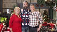 Heel Holland Bakt komt deze winter met een speciale aflevering die volledig in het teken staat van de Kerst.  Laat u door Janny, Robèrt en Menno inspireren voor een lekkere en mooie Kerst! Janny en Robèrt maken een aantal gerechten waar u alle Kerstdagen mee door kunt komen en uw gasten kunt verbluffen. Van het ontbijt tot het dessert, er is van alles wat! Kerst begint lekker vroeg dit jaar, en wel op vrijdag 19 december 2014, om 19.00 uur op NPO 1