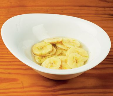 Banan med lime   Att något så enkelt kan smaka så gott! Blanda banan med sockerlag och lime till en nyttig dessert eller ett fräscht mellanmål. Den som vill serverar med en klick vispad grädde.