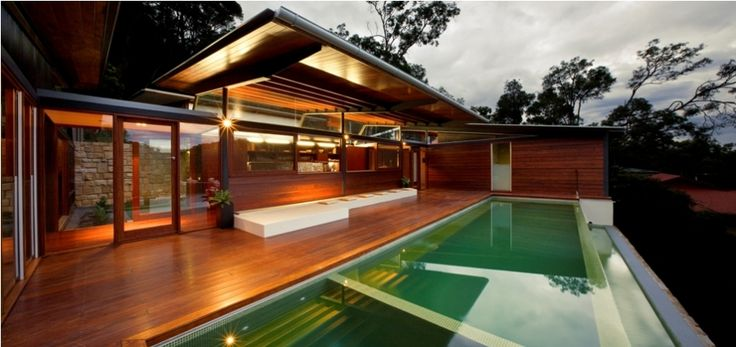 The Cottage Point House is located in the isolated settlement within Ku-ring-gai National Park on the waterfront of Coal and Candle Creek.