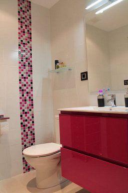 Ba os peque os con ducha rojos buscar con google casa for Banos modernos con guardas de vidrio
