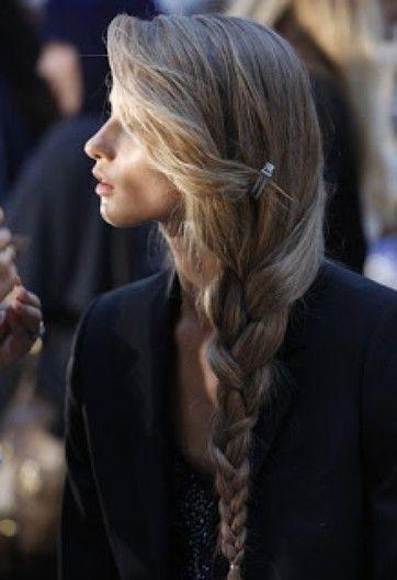 Pinterest Hairstyles For Fall | Beauty High Trenzas laterales bajos son perfectos para el día, la noche y cada segundo en el medio, pero lo que realmente hace que este especial es su flequillo perfectamente desordenado.