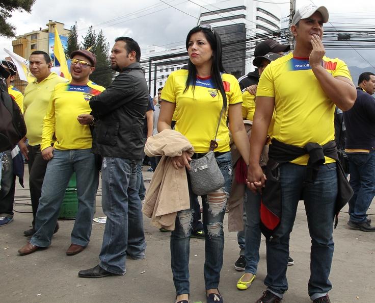Entre parejas o en grupos acuden al estadio.