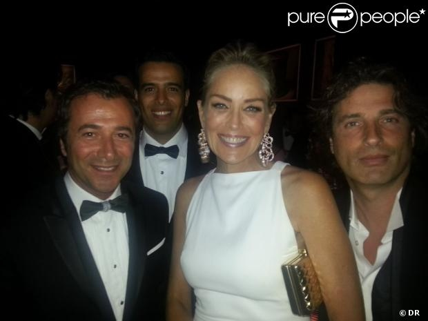 Sharon Stone entourée de l'artiste Richard Orlinski et de Bernard Montiel au 20e Gala de l'amfAR à l'hôtel du Cap-Eden-Roc lors du 66e Festival de Cannes, le 23 Mai 2013.