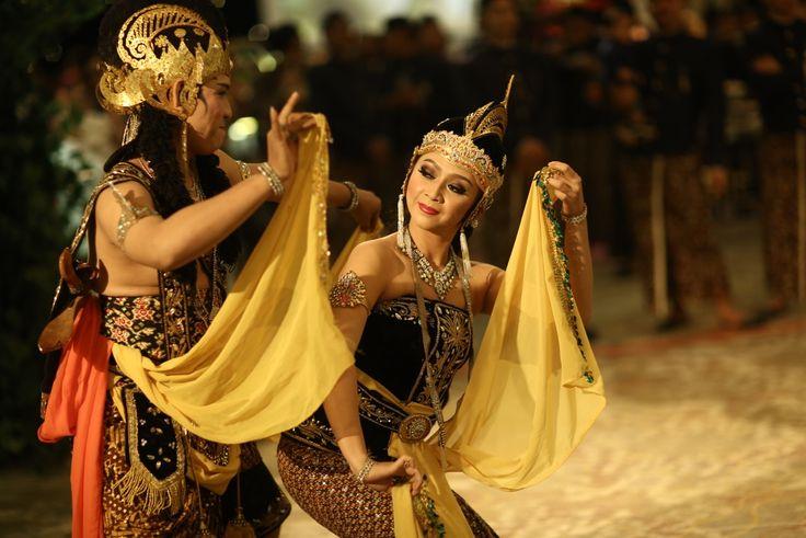 Pernikahan Jawa dan Sunda Alexandra Asmasoebrata. Kebaya by Biyan dan Poppy Karim.