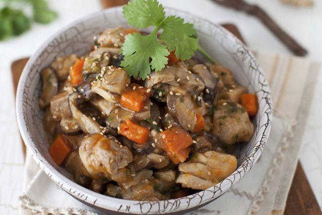 Vous cherchez une délicieuse recette de poulet à la mijoteuse? Pourquoi ne pas essayer ces cuisses de poulet au sésame parfumées aux saveurs de l'Asie? La promesse d'un succulent ragoût de viande tendre et juteuse.