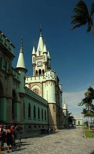 A Ilha Fiscal localiza-se no interior da baía de Guanabara, fronteira ao centro histórico da cidade do Rio de Janeiro, no Brasil.