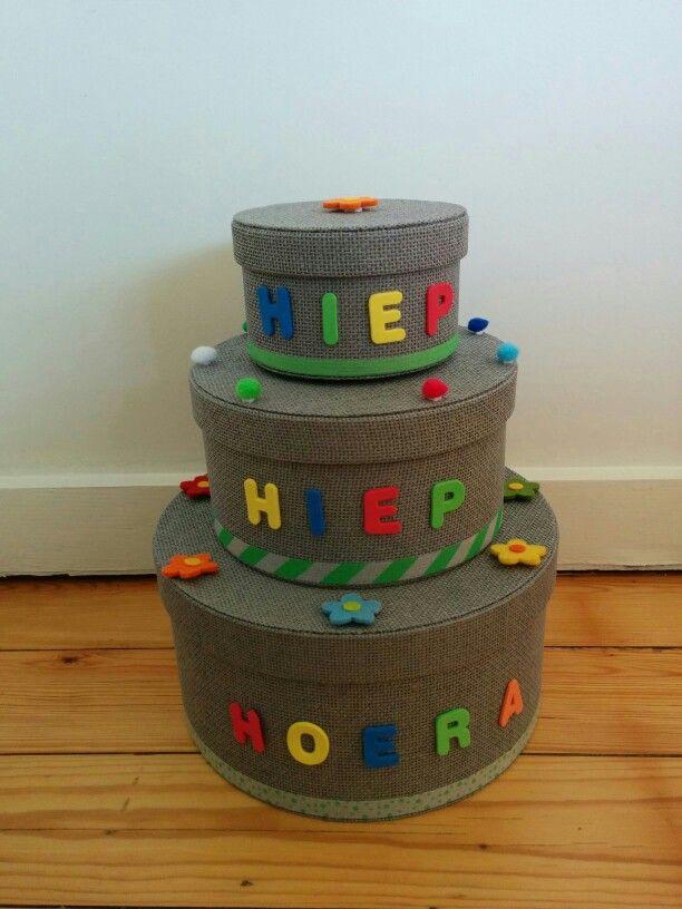 Verjaardagstaart voor in de klas, gemaakt met dozen en een dosis creativiteit.