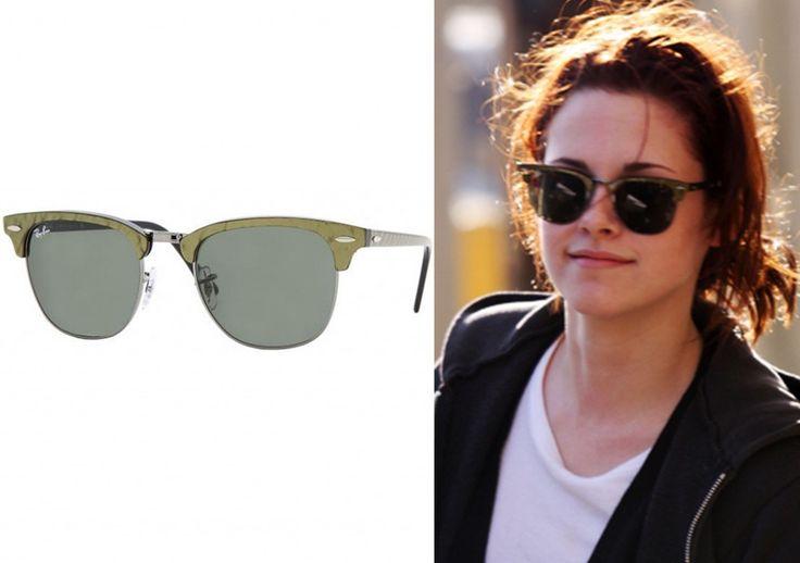 Purtand un model de ochelari Ray Ban