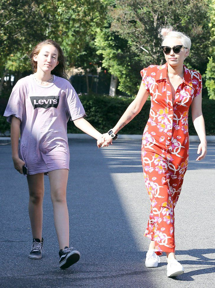 Pin for Later: This Week's Can't-Miss Celebrity Pics!  Miley Cyrus and her sister Noah Cyrus shopped in LA on Sunday.