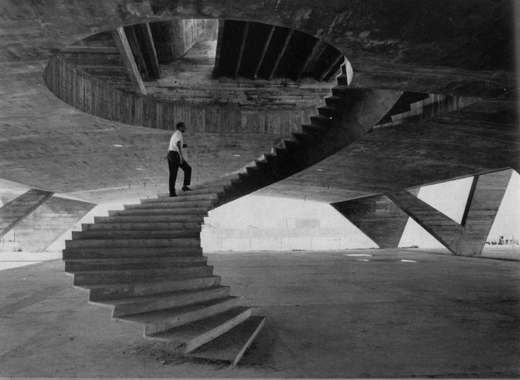 Affonso Eduardo Reidy going up the stairs of the Museum of Modern Art of Río De Janeiro  during the construction in 1953.Modern Art, Floating Stairs, Rio De Janeiro, Affonso Eduardo, Under Construction, Eduardo Reidy, Architecture, Fashion Photography, Spirals Staircas