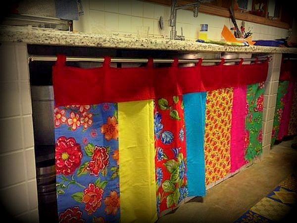 Linda cortina estilo patchwork, feita com tecido tricoline e chita.