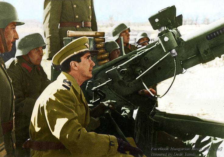 Horthy István kormányzó-helyettes katonák körében.