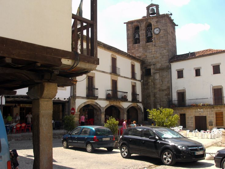 Linda y coqueta es la plaza mayor de San Martín de Trevejo, con tremendos soportales, especialmente los del ayuntamiento. Al fondo tenemos la torre campanario.
