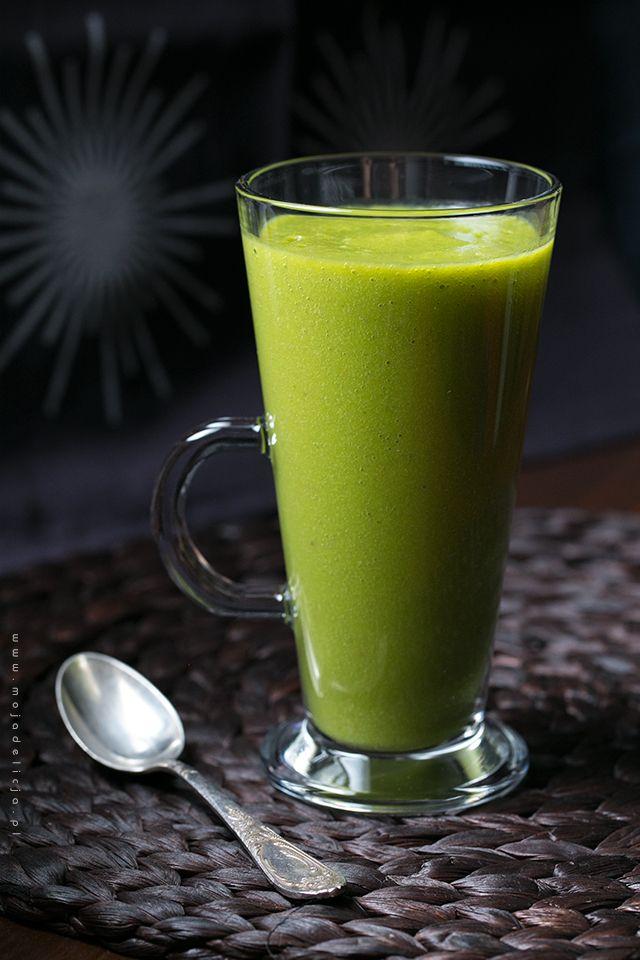 2 szklanki świeżego szpinaku 1 banan 1 jabłko w skórce z wydrążonymi nasionami 1 pomarańcza 1 łyżeczka startego imbiru (z niecałego 1 cm) 0.5 szklanki wody niegazowanej