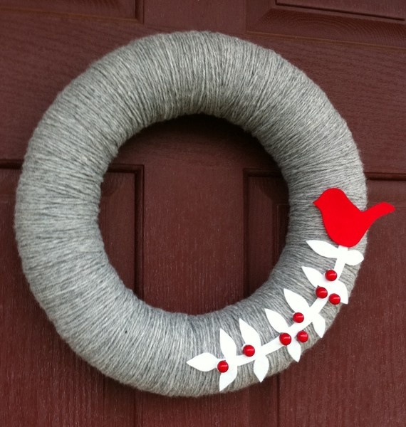 loving the decorations on these yarn wreaths!