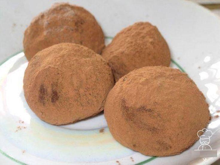 INGREDIENTE: 150 ml de apă fierbinte; 200 g de unt; 200 g de lapte praf; 100 g de cacao; 250 g de zahăr. MOD DE PREPARARE: Puneți untul în apa fierbinte și topiți-l la foc mic. Apoi adăugați zahărul și fierbeți amestecul respectiv până la topirea completă a zahărului. Punețiîntr-un vas separat cacao și laptele praf. Amestecați-le foarte bine, astfel încât să nu rămână cocoloașe din lapte sau cacao— acestea vor schimba gustul bomboanelor. Turnați compoziția lichidă peste ingredientele…