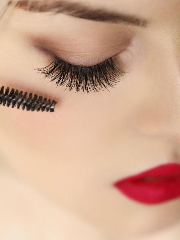4 Kesalahan Pakai Makeup yang Buat Bulu Mata Rontok