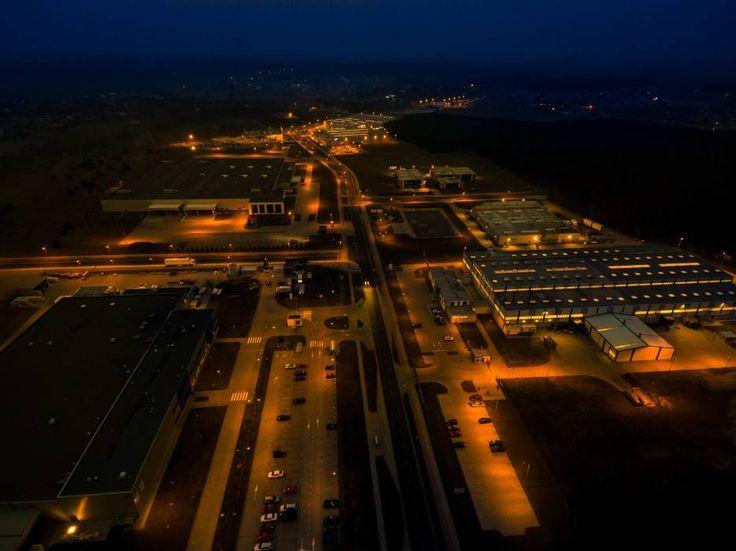 Nowa Sól nocą. Specjalna Strefa Ekonomiczna S.A. w Nowej Soli z lotu ptaka.Foto:Karol Kolba