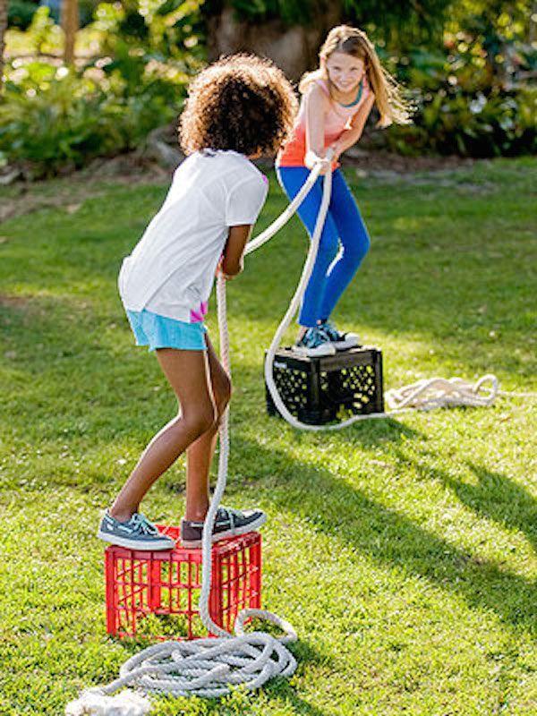 5 juegos infantiles caseros para disfrutar al aire libre. Juegos originales para jugar con los amigos. No te pierdas estos juegos infantiles.