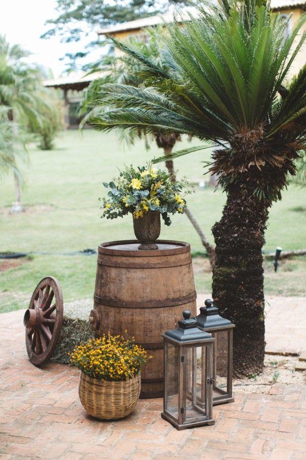 Nós amamos a proposta rústica em casamento e apostamos que muitas de vocês também. No entanto, é sempre um desafio incorporar este estilode uma maneira bem característica e original, principalmente na decoração. Por isso, hoje separamos para vocês imagens lindas e inspiradoras de uma decoração Country ...