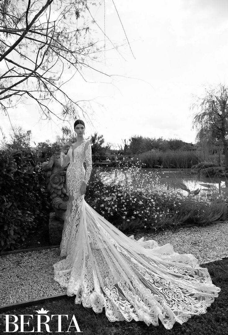 Потрясающее свадебное платье кажется полупрозрачным благодаря ткани основы в тон кожи. Крупный абстрактный узор ажурной ткани, покрывающий платье полностью, становится от этого еще выразительнее. Одной из самых броских деталей образа является шлейф, начинающийся сзади на уровне коленей и расходящийся широким прозрачным полукругом далеко за невестой. Наконец, стоит отметить декольте – глубокий вырез, доходящий почти до линии талии, выглядит сногсшибательно.  Свадебное платье из коллекции 2015…