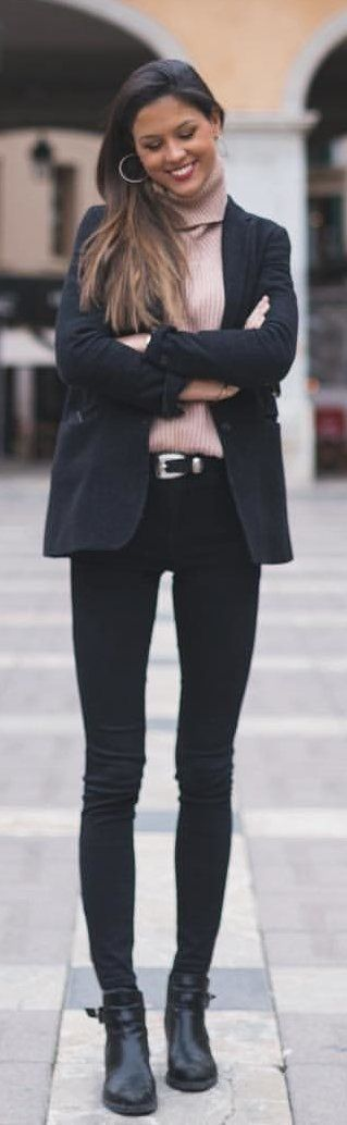 #spring #outfits woman in black blazers and black skinny jeans. Pic by @clauschreiv