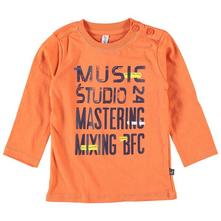 Babyface T-shirt met ronde hals en lange mouw voor jongens in de kleur oranje. Dit tricot T-shirt van Babyface, uit de winter collectie, is gemaakt van 100% katoen. Verkrijgbaar in de maten 68 t/m 104 en bij de linkerschouder een knoopsluiting. Op de voorkant een grote verwassen print.