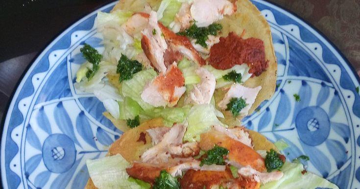 コーントルティアをラードで揚げたのがトスターダ。上にのせる食材はセビチェであったりチキン、ポーク、ビーフであったり色色。