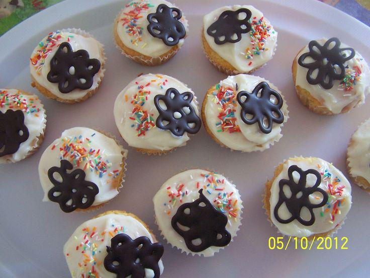 cupcakes s čokoládovými kytičkami