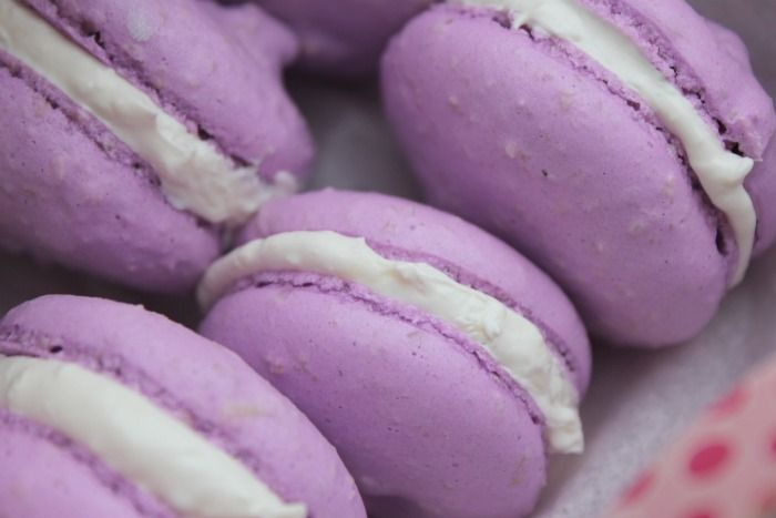 Lavender macarons with white chocolate in German(?)