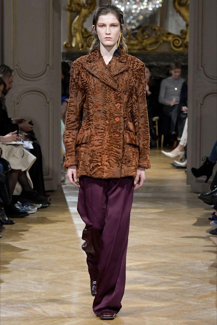 Guarda la sfilata di moda John Galliano a Parigi e scopri la collezione di abiti e accessori per la stagione Collezioni Autunno Inverno 2017-18.