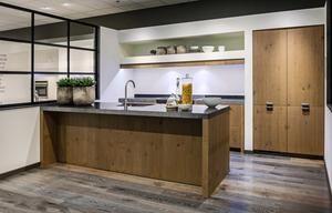 Bekijk de foto van jootje69 met als titel old wood keuken 433 breed  eiland 300 x 90 cm en andere inspirerende plaatjes op Welke.nl.