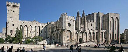 Le palais des papes, à Avignon, est la plus grande des constructions gothiques du Moyen Âge. À la fois forteresse et palais, la résidence pontificale fut pendant le XIVe siècle le siège de la chrétienté d'Occident.