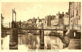 historie dordrecht; De Wijnbrug. Vroeger werd dit gedeelte van de Voorstraathaven ook wel Wijnhaven genoemd.  Wijn was een belangrijk handelsproduct voor Dordt. In 1299 Kreeg Dordt van graaf Jan 1 het stapelrecht voor goederen zoals bv wijn en hout. Dit heeft voor veel rijkdom gezorgd. In 1795 werden deze voordelen door de Franse bezetters afgenomen
