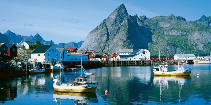 Lofoten Noorwegen. De Lofoten staan bekend om haar goede viswateren, schitterende natuur, en afgelegen karakteristieke vissersdorpjes. Maak een kajaktocht van eiland naar eiland, werp een hengel uit voor de vangst van je leven, of kijk uit voor de magnifieke zeearend die hoog boven de kliffen en wateren zweeft.