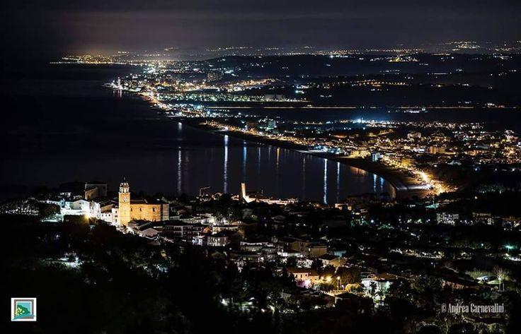 Straordinaria veduta notturna di #Sirolo e di una parte della costa marchigiana dal #MonteConero di Andrea Carnevalini http://www.hotelsinmarche.com/sirolo