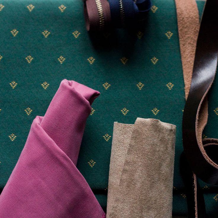 Zestaw kolorów na zimę. Szmaragdowa zieleń+brudny róż+czekoladowy brąz.  #emerald #pink #textile #leather #chocolate #velvet #suede