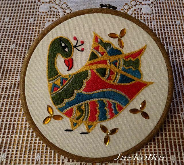 Ptak w stylu indyjskim. Haft płaski, zdobiony płaskimi koralikami.