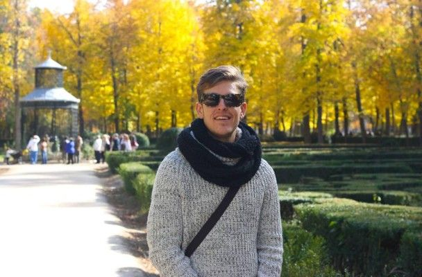 how to find a job abroad after college