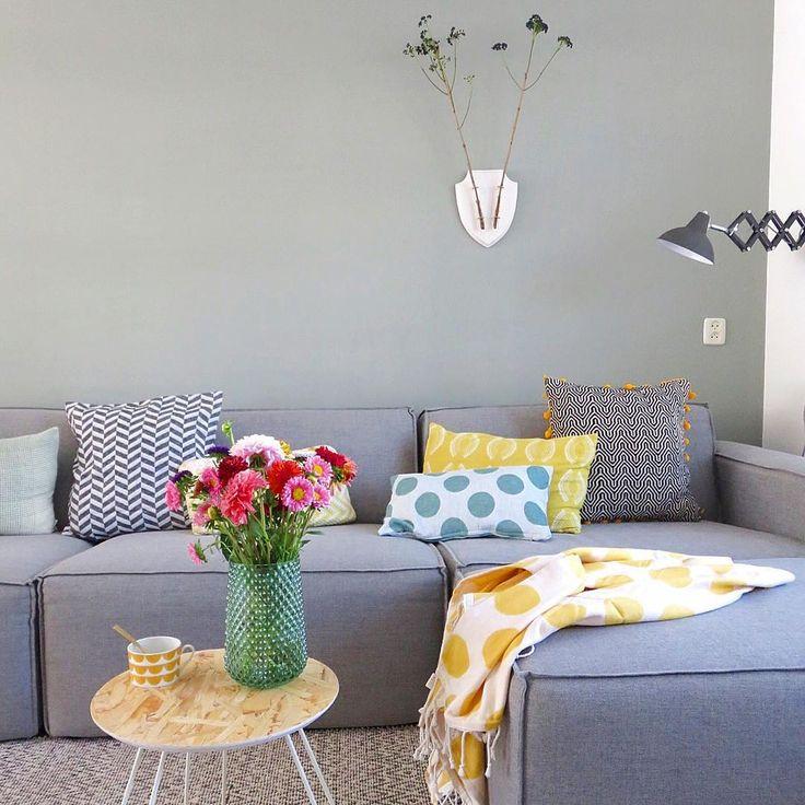 Prachtige bloemen en kleurrijke accessoires fleuren ieder huis op. Hier word je blij van! #HEMAwonen. #accessoires