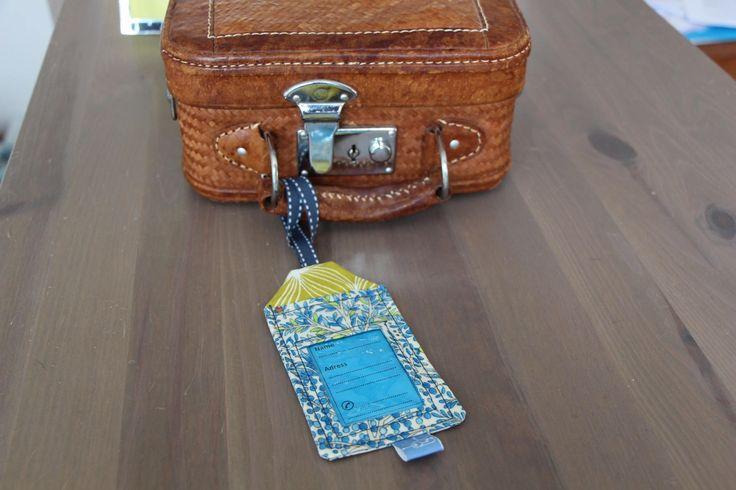 Etiquette à bagages en coton enduit anis et bleu avec ses trois étiquettes en papier de la boutique Lebigornopiquant sur Etsy