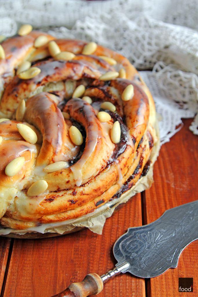 Drożdżowy wieniec z domowymi powidłami śliwkowymi, lukrem i migdałami. Idealne ciasto na jesienne wieczory.
