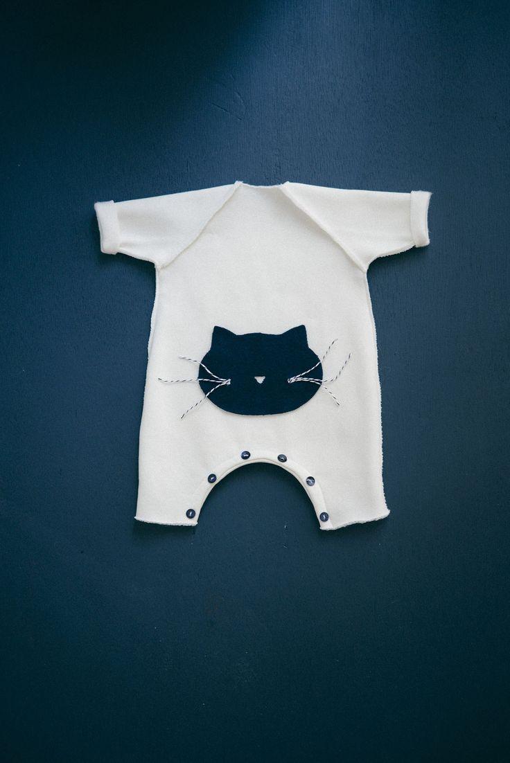 Ce patron de couture pour bébé est très rapide à coudre, facile pour les débutants. Une ligne ultra sobre et chic, confortable pour bb.